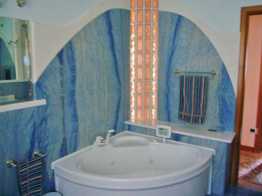 Rivestimento bagno marmo bianco - Bagno in marmo bianco ...