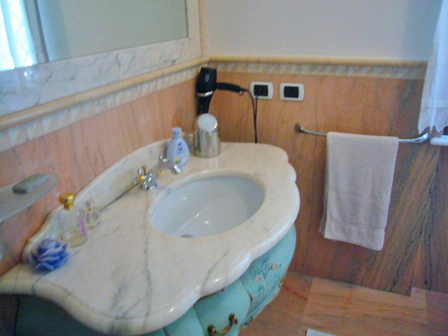 Rivestimento bagno in marmo galleria marcoaldi resine - Rivestimento bagno in marmo ...